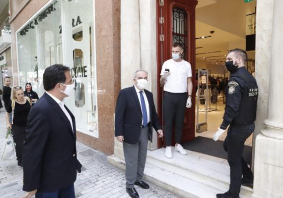 O ΥΠΑΝΕ Άδωνις Γεωργιάδης  και ο ΥφΥΠΑΝΕ Νίκος Παπαθανάσης  επισκέφθηκαν καταστήματα στο κέντρο της Αθήνας, την πρώτη μέρα επανεκκίνησής τους