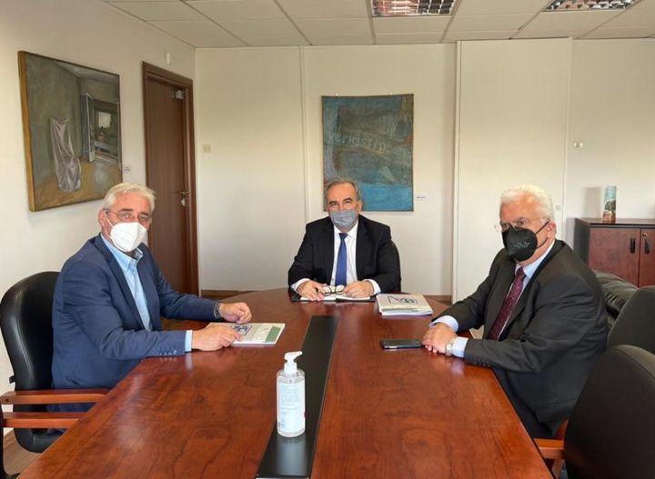 Συνάντηση του Αν. Υπουργού Ανάπτυξης και Επενδύσεων Νίκου Παπαθανάση με τον Πρόεδρο του Βιοτεχνικού Επιμελητηρίου Αθήνας Παύλο Ραβάνη και το μέλος του ΔΣ Χρήστο Λούση